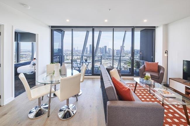 sofa arrengments - نکاتی در مورد دکوراسیون اتاق نشیمنِ دارای پلانِ باز